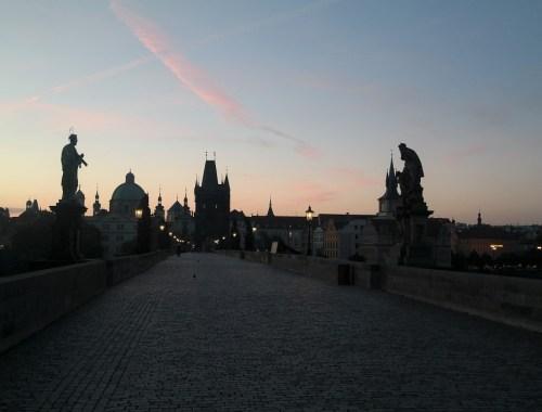 sonnenaufgang-karlsbrücke-lampe-nacht-prag-prague-städtetrip-nacht