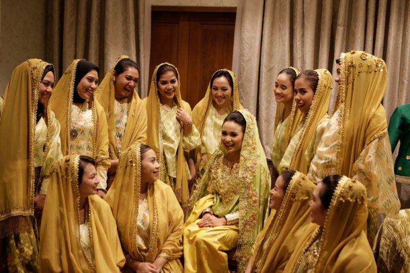 10 Cara Cantik Mendandani Bridesmaid di Pernikahan Tradisional Gambar 18