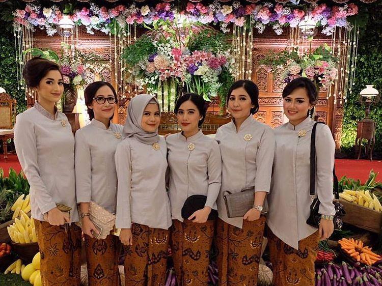 10 Cara Cantik Mendandani Bridesmaid di Pernikahan Tradisional Gambar 4