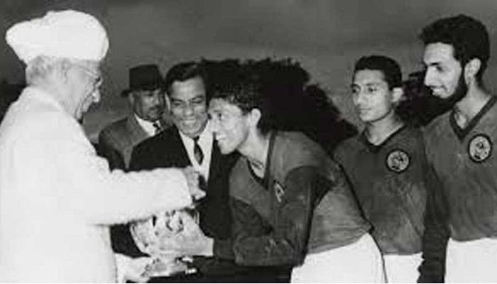 chuni goswami : ফুটবলে মাত বিশ্ব, ক্রিকেটে তিনিই রঞ্জি অধিনায়ক! ময়দানের আকাশে মিলিয়ে গেল ফিনিক্স পাখি - chuni goswami obituary: a footballer and a cricketer always donned the mohun bagan jersey and is a club legend 1