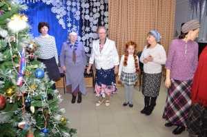 Слушатели взрослой воскресной школы храма Вознесения Господня г.Тимашевска собрались под ёлкой