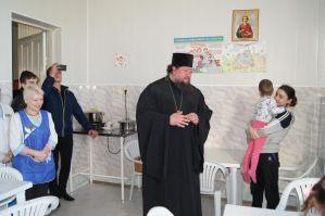В прощенное воскресение настоятель храма Богоявления Господня вместе с молодежью посетили больницу