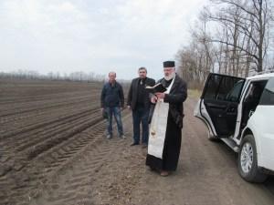 Священник освятил поля сельхозпредприятия
