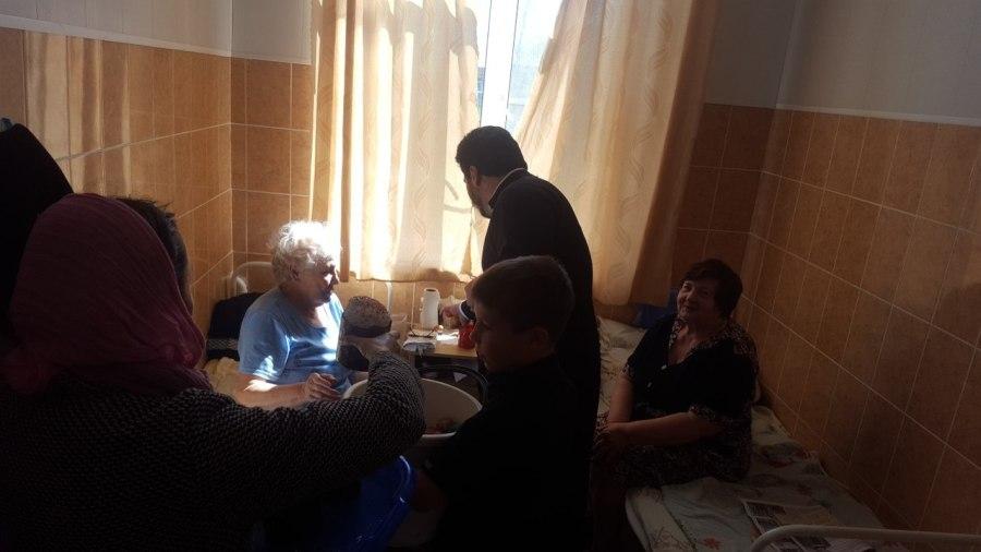 Священник поздравил с Пасхой Христовой терапевтическое и педиатрическое отделение