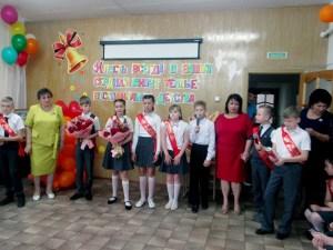 Священник поздравил выпускников начальной школы с последним звонком и Днём славянской письменности и культуры