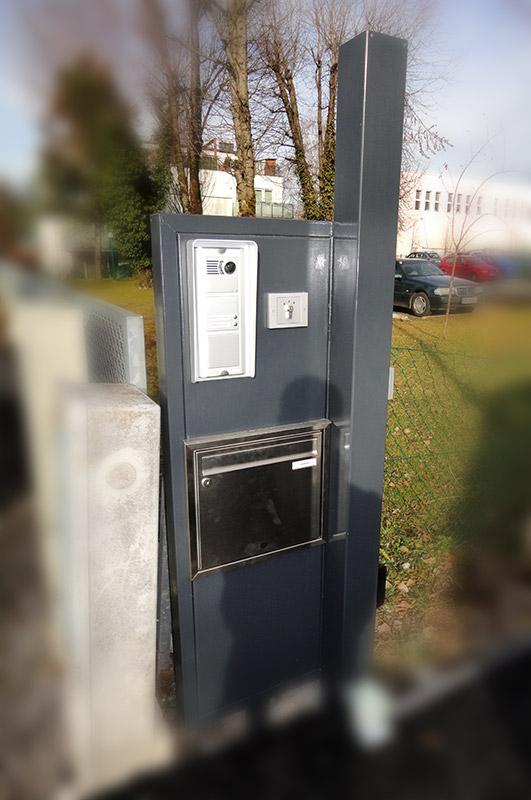 In Tor eingebaute Türklingel, Sprecher und Postkasten von Eisl & Söhne – St. Wolfgang im Salzkammergut