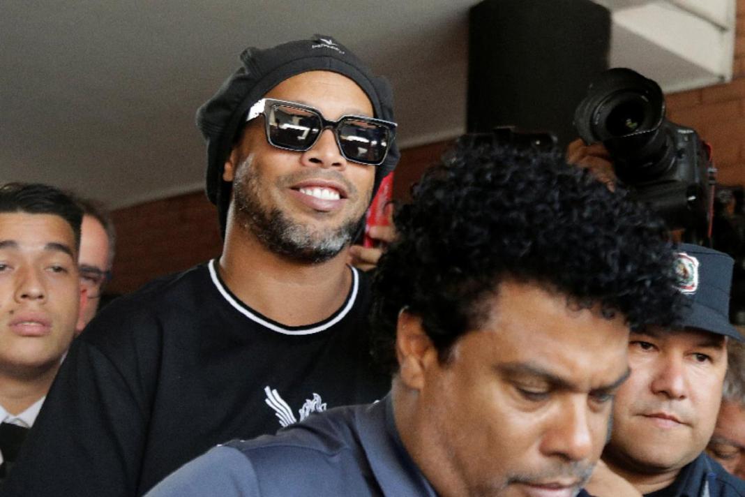 Ronaldinho Gaúcho deixa prisão e vai para hotel luxuoso cumprir prisão domiciliar