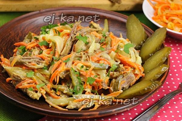 Салат «Обжорка» с мясом и солеными огурцами