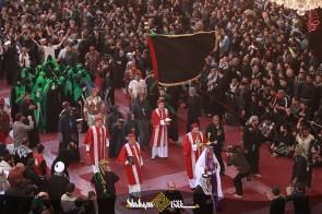 Umat kristiani memberikan penghormatan di lingkungan makam Husain bin Ali, Karbala (Shafaqna)