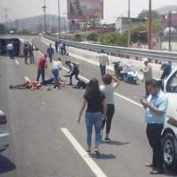 Varios lesionados deja volcadura de unidad de transporte público sobre autopista México-Pachuca