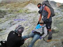 Sempat tergelincir dan jatuh di turunan Gunung Papandayan. Saat itu hanya ada mas fruu dan om Abe di belakang bersama saya, juga Rean yang berhasil ambil gambar ini :) (doc Rean)