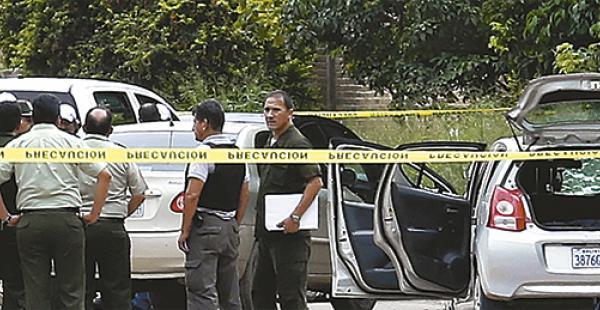 la escena de        un crimen efectivos de homicidios proceden a levantar cuatro cadáveres Hace pocas semanas, la Policía abatió a cuatro supuestos atracadores extranjeros