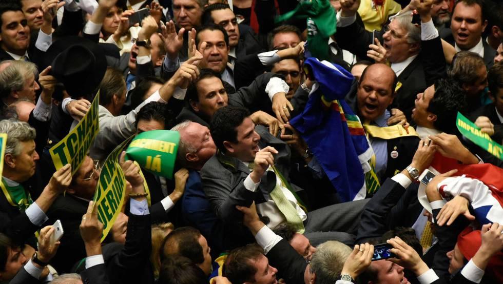 Un grupo de diputados pro impeachment celebran el triunfo de la votación sobre la destitución de Dilma Rousseff.