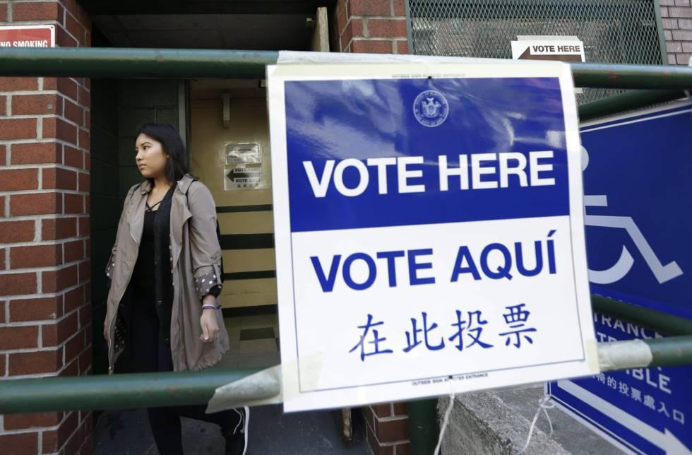 Una mujer sale de un centro de votación este martes en las elecciones primarias del estado de Nueva York.