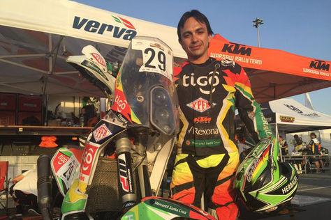 Juan Carlos Salvatierra posa con su motocicleta KTM antes de iniciar la etapa de hoy en Catar.