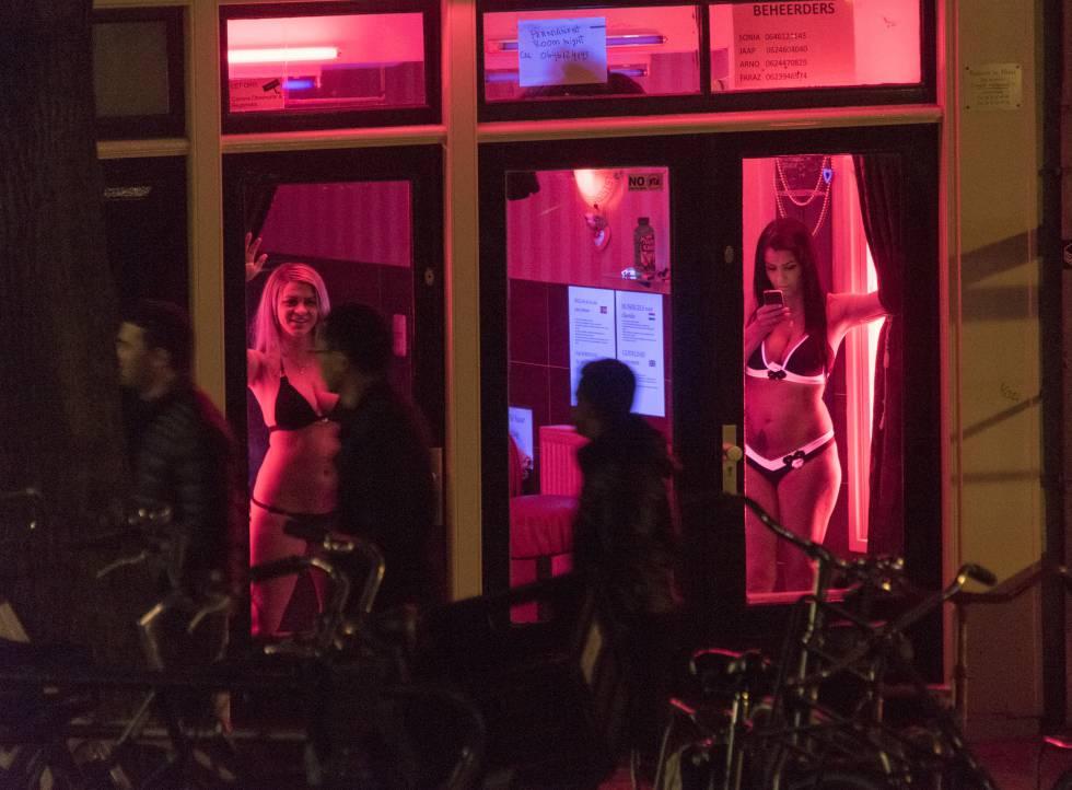 Dos mujeres en un escaparate del barrio rojo de Ámsterdam en 2015.
