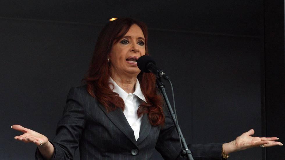 La expresidenta Cristina Fernández de Kirchner habla a sus seguidores ante los tribunales federales, el 13 de abril pasado