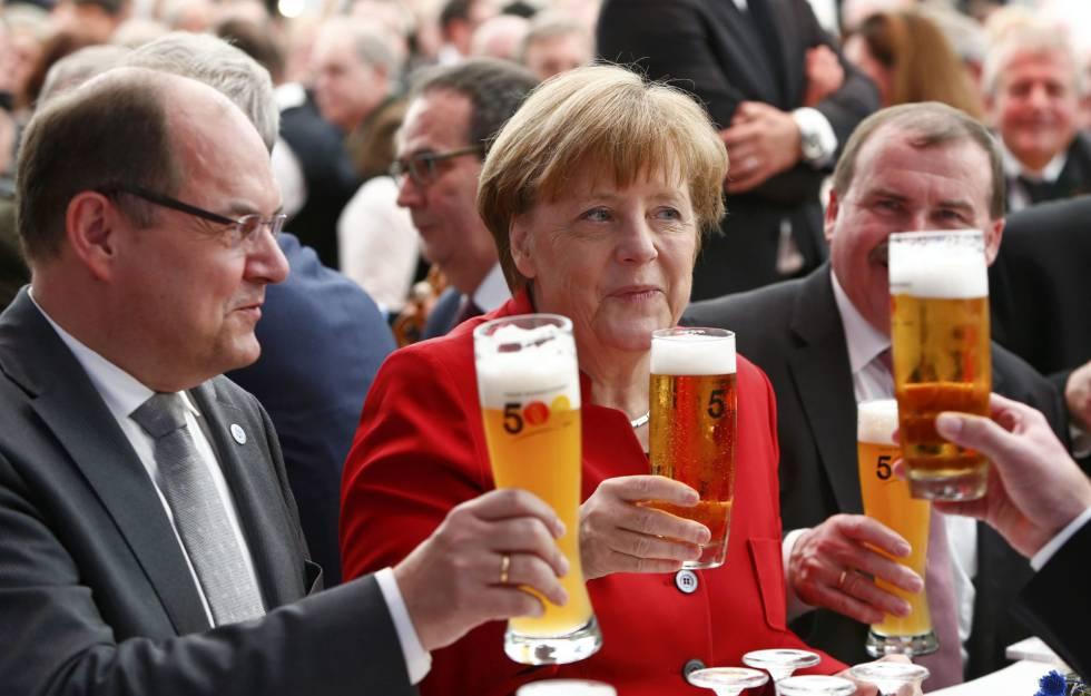 La canciller alemana,Angela Merkel, junto al ministro de Agricultura y Alimentación alemán, Christian Schmidt (izquierda), brinda durante una ceremonia de la Ley de la pureza de la cerveza en Ingolstadt, Alemania.
