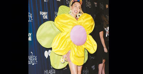 Myles Cyrus ama la ropa de Agatha Está encantada con la ropa. Este vestido de flor lo lució en un show solidario.