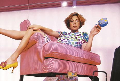 La diseñadora española no solo crea ropa, carteras y zapatos originales y coloridos Su compañía también crea ropa de cama, toallas, champú, maquillaje, muebles, cuadernos, lápices, vajillas, cerámica y, en fin, todo lo que el hogar necesita. Uno de los úl