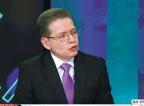Periodista. Caballero durante uno de los programas de televisión que dirige. Foto: Captura cnn.com