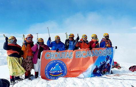 Travesía. Algunas de las mujeres andinistas hacen un alto en su ascenso por los nevados de Bolivia. Foto: aaptam
