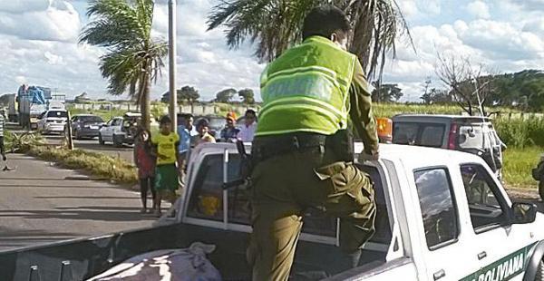 El momento en que la Policía se llevaba a dos de las tres personas que fallecieron tras la triple colisión