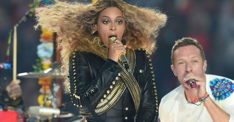 Beyonce, con Chris Martin, durante su actuación en la Super Bowl.