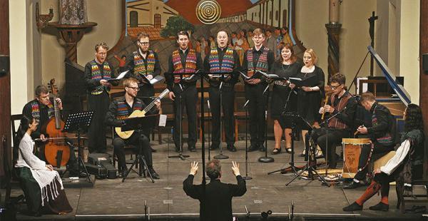 GRAN ESPECTÁCULO. Ensemble Villancico combinó danza y música en el escenario con una propuesta que incluyó barroco misional de Ecuador. Afuera de la iglesia se vendió su nuevo disco ¡Tambalagumbá!
