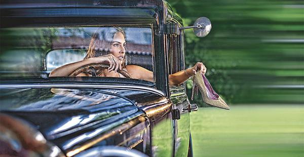 Xiomara Shriqui posó para Pretty Ballerina y para Úrsula Mascaró, en un auto que perteneció a Simón I. Patiño