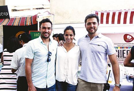 Vicente Arze y Astrid Suárez con Jorge Calvo, del Restaurante Jardín de Asia y también de Gastrocruz, institución organizadora