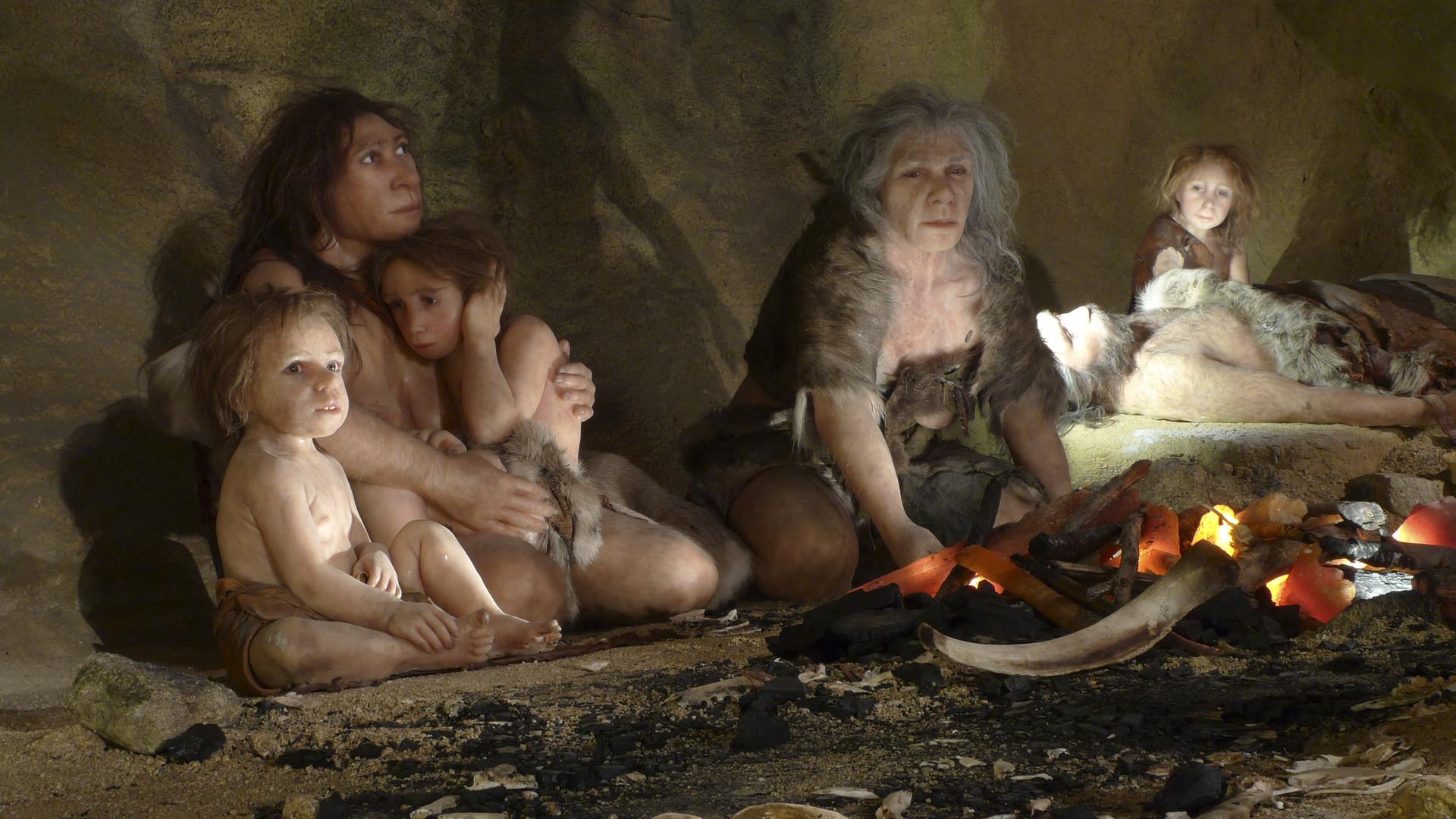 Recreación de la vida de una familia neandertal en un museo de Krapina, Croacia, 25 de febrero de 2010.