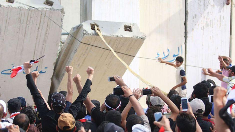 Los manifestantes derribaron los bloques de hormigón del perímetro de la ZOna Verde de Bagdad. (Crédito: HAIDAR MOHAMMED ALI/AFP/Getty Images).