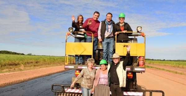 El gobernador Costas con productores y residentes de la zona beneficiada con la carretera