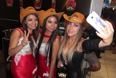 Andrea Rojas, Pamela Oporto y Mariana Sandy se divirtieron en la feria. Promocionaron el ron Centenario como debe ser... con su belleza