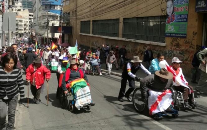 Discapacitados reciben apoyo y aplausos de los ciudadanos