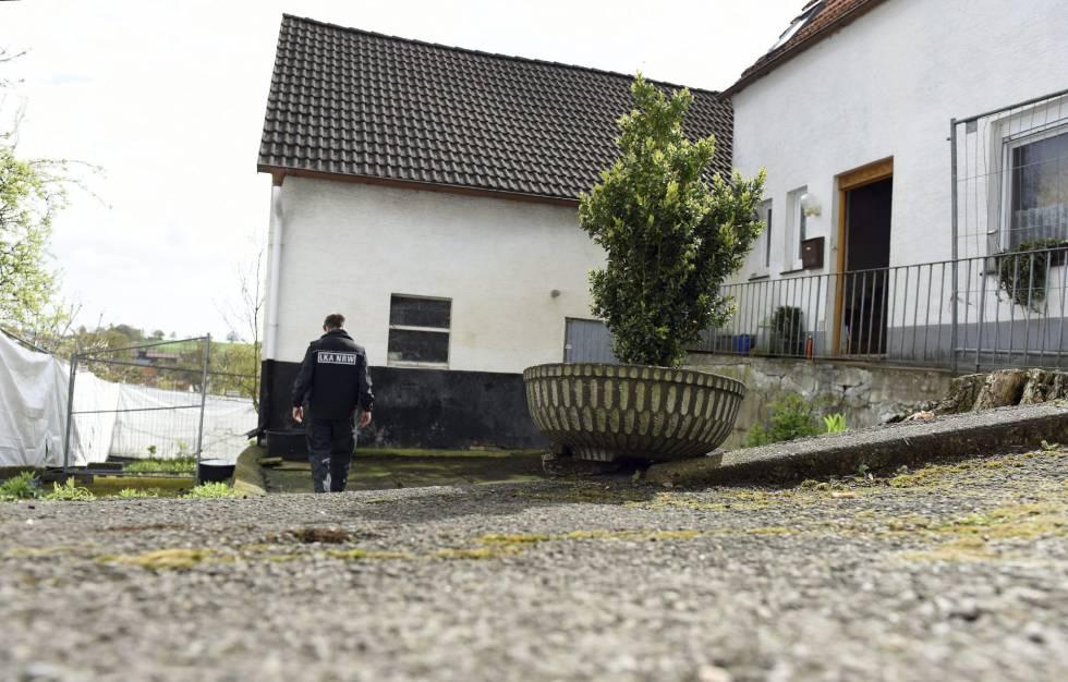 Un miembro de la Oficina de Investigación Criminal Regional de Renania del Norte-Westfalia inspecciona la casa de una pareja presuntamente responsable de varios crímenes en Höxter, Alemania.