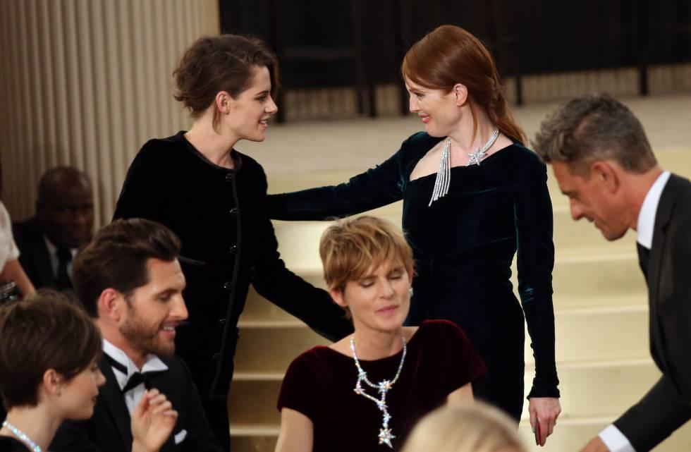 Las actrices Kristen Stewart y Julianne Moore, se saludan en un desfile de Chanel en París en 2015.