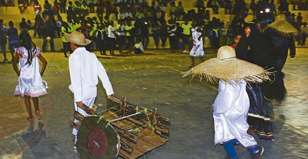 En la escuela Puerto Ichilo se inició la segunda fase de los V Juegos Estudiantiles en Porongo. En la inauguración se eligió a Shirley Vargas Romero, reina de los juegos en los que participan unos 300 estudiantes del municipio. La noche fue realzada con u