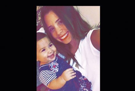 """Nicole Flores e Isabella. Hace 11 meses tiene a su muñeca humana. A sus 18 afrontó la noticia de que sería mamá. """"El rumbo de mi vida social cambió totalmente, pero así soy feliz, es lo que quiero y por lo que tengo que luchar cada día""""."""