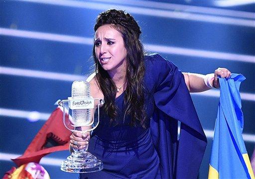 La cantante ucraniana Jamala festeja con el trofeo después de ganar el Festival de la Canción Eurovision 2016 con la canción '1944', en Estocolmo, Suecia, el domingo 15 de mayo de 2016. (AP Photo/Martin Meissner)