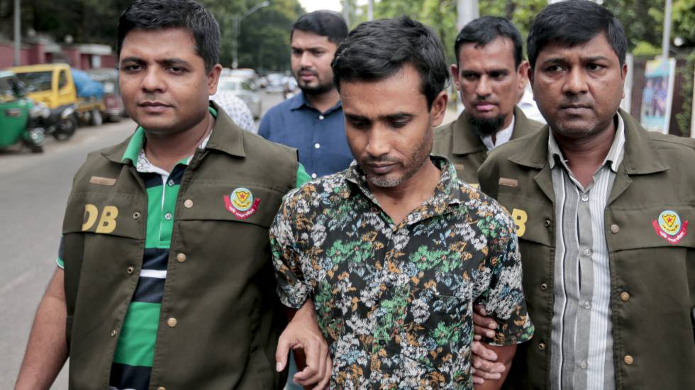 El arrestado, este domingo, bajo custodia de la Policía de Bangladesh.