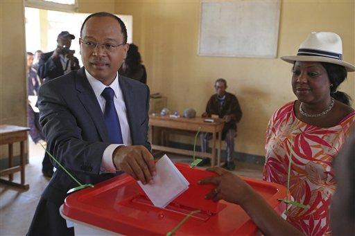 ARCHIVO _ En esta foto de archivo del 25 de octubre de 2013, Fatma Samoura (derecha), funcionaria de la ONU, observa mientras el candidato presidencial de Madagascar, Edgard Razafindravahy, deposita su voto e las elecciones generales, en Antananarivo. El viernes 13 de mayo de 2016, Samoura fue nombrada secretaria general de la FIFA (AP Photo/Schalk van Zuydam, ARCHIVO)
