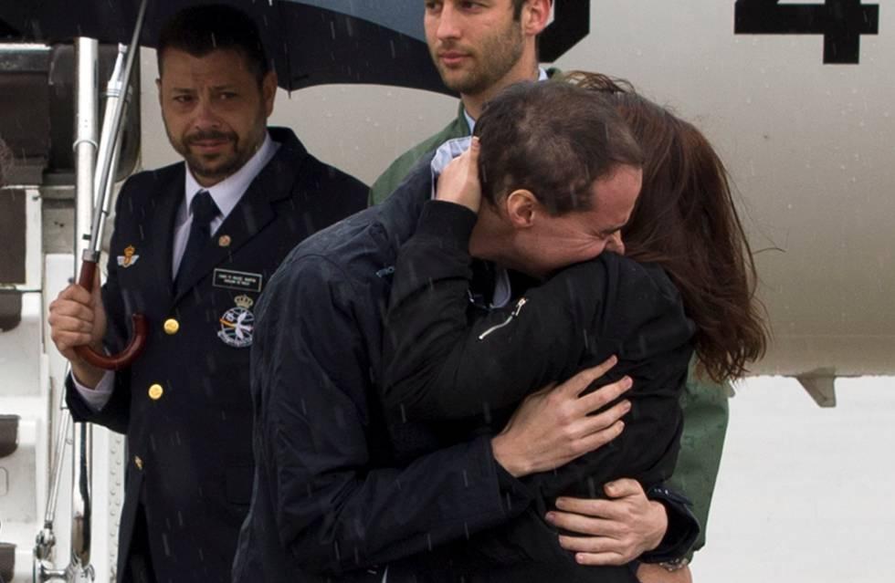 Antonio Pampliega, uno de los periodistas liberados el pasado 8 de mayo, se abraza a un familiar a su llegada al aeropuerto de Madrid-Barajas.