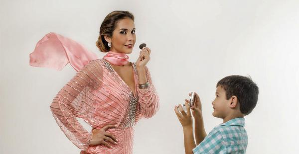 Flavia Foianini | Platería Paris. La marca escogió a la modelo por ser una madre elegante, práctica y linda, un referente para las mujeres que se identificarán con la Campaña Fashion Must. El Diseñador Ariel Canido creó una línea de pañuelos, que ayudan a