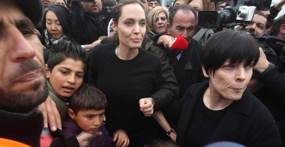 Angelina Jolie en su visita al campamento de refugiados en el el puerto de Pireo (Grecia), el pasado marzo.