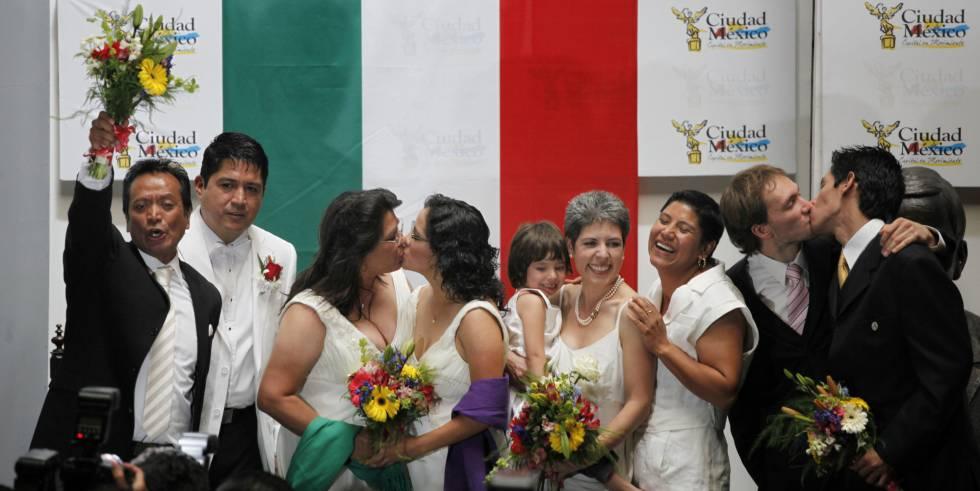 Imagen de los primeros matrimonios homosexuales en D.F., en marzo de 2010.