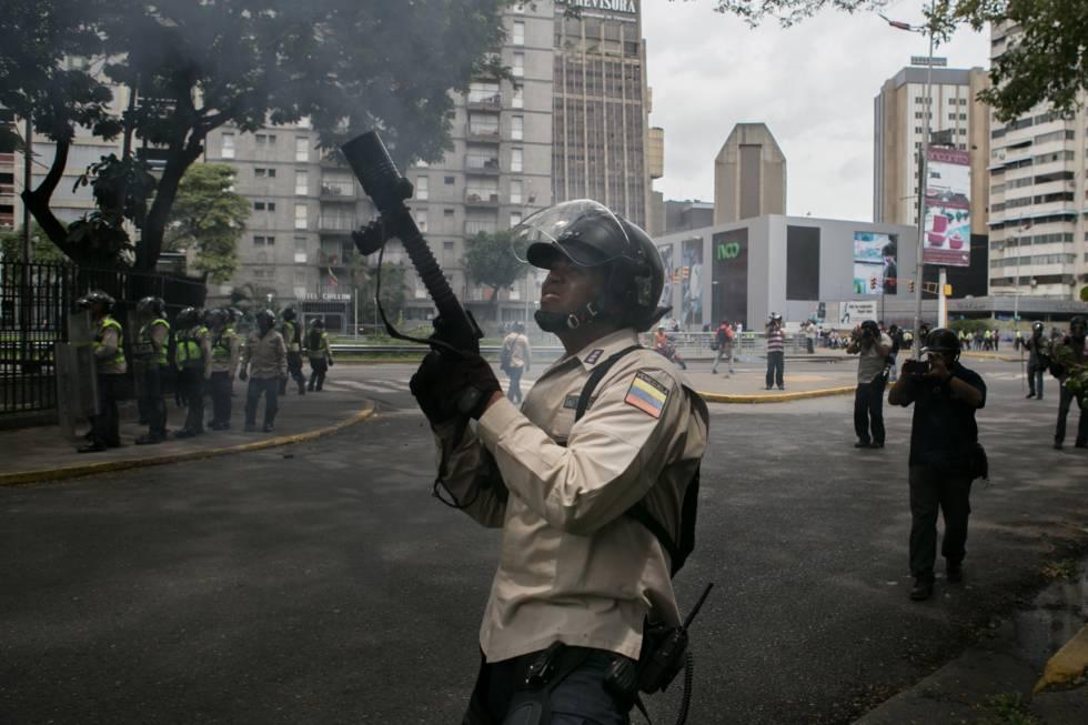 La policía impide que una marcha de la oposición venezolana llegue al centro de Caracas.