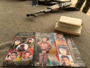 Tríptico en homenaje a los peshmerga muertos en combate