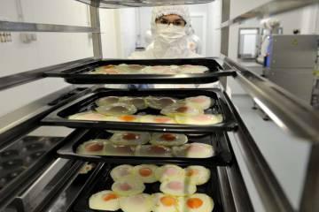 El huevo se fríe y se pasteuriza eliminando el riesgo de salmonelosis.